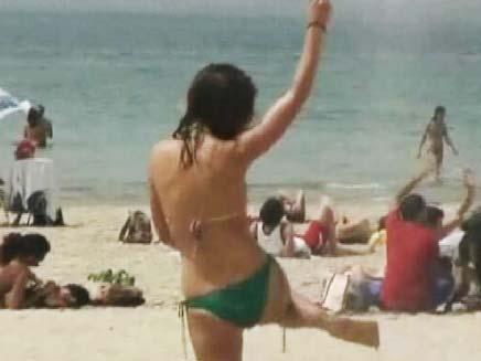מצטננים בחוף הים (צילום: חדשות 2)