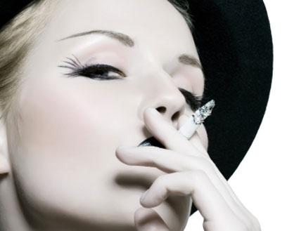 אשה מעשנת סיגריה (צילום: istockphoto)