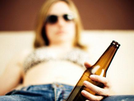 אשה שותה בירה (צילום: Casarsa, Istock)