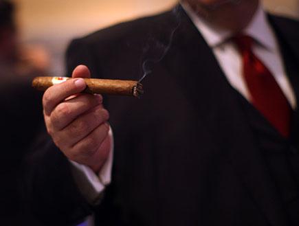 איש מחזיק סיגר (צילום: Spencer Platt, GettyImages IL)