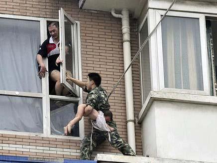 חייל מפנה אזרחים במהומות בסין (צילום: חדשות 2)