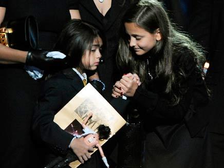 בנותיו של מייקל ג'קסון בטקס האשכבה (צילום: רויטרס)