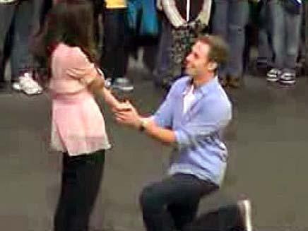 הצעת נישואין נוסח דיסנילנד (צילום: חדשות 2)