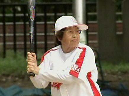 מבוגרות משחקות בייסבול (צילום: חדשות 2)