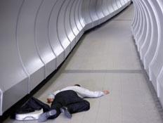 איש שוכב על הרצפה בשדה תעופה (צילום: Floresco Productions, GettyImages IL)