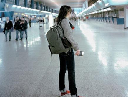 אשה עומדת באולם נוסעים (צילום: Andy Ryan, GettyImages IL)