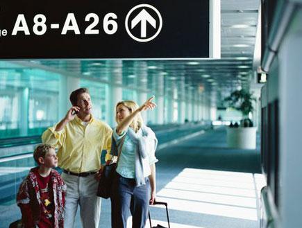 משפחה בשדה תעופה (צילום: Stockbyte, GettyImages IL)
