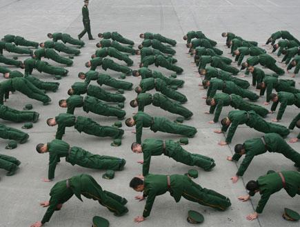 חיילים עושים שכיבות שמיכה (צילום: China Photos, GettyImages IL)