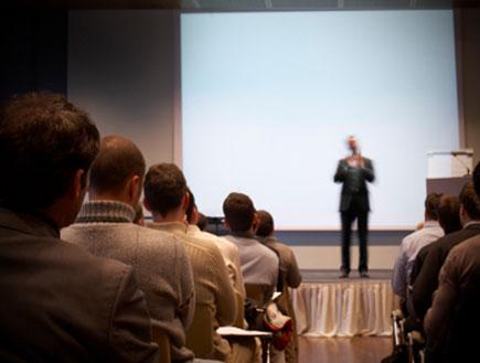 הרבה גברים בוועידת עסקים (צילום: mbbirdy, Istock)