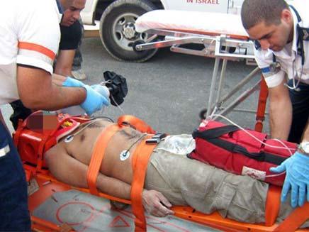 חילוץ הפועל שנפל מפיגום בראש העין (צילום: דייויד HNN.CO.IL)
