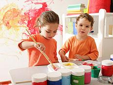 ילדים מציירים- ילדים חברותיים (צילום: kate_sept2004, Istock)