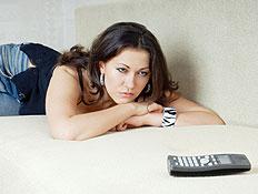 אישה מחכה ליד הטלפון