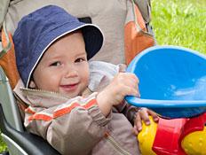 תינוק מטייל בעגלה (צילום: Maxim Tupikov, Istock)