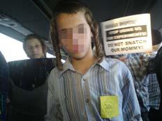 ילד מנתורי כארתה עם תלאי צהוב (צילום: אתר חרדים)