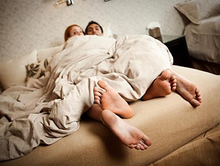 זוג במיטה בוגד- בגידה
