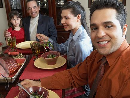גבר מחייך בארוחה משפחתית (צילום: Jack Hollingsworth, GettyImages IL)