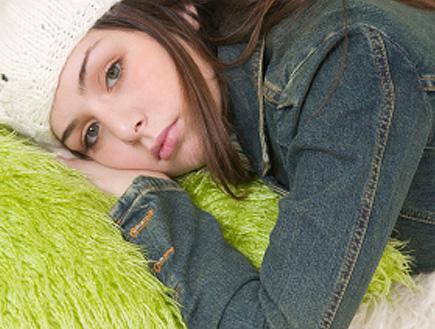 נערה עצובה שוכבת על כרית (צילום: evemilla, Istock)