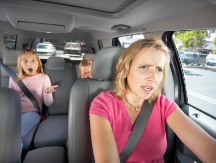 אמא וילדים במכונית