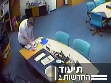 מנקה גונבת מסמכים משולחנו של ראש עיריית נצרת עילית (צילום: חדשות 2)