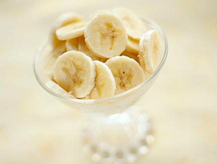 קערה עם בננות חתוכות