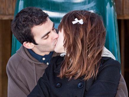 בני נוער מתנשקים על מגלשה (צילום: Cindy Singleton, Istock)