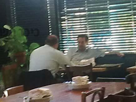 דן מרידור אוכל במסעדה בתשעה באב (צילום: כיכר השבת)
