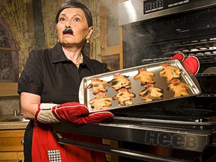 רוזאן בר מחופשת לנאצי ואופה עוגיות (צילום: מגזין היב)