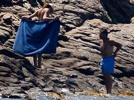 קרלה ברוני וניקולה סרקוזי בחופשה מהחיים בים (צילום: רויטרס)