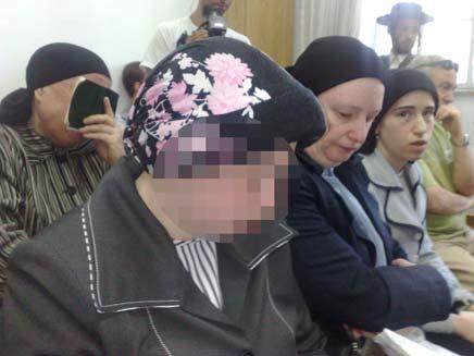 האם החשודה בהרעבת בנה בדיון בבית המשפט (צילום: חדשות 2)