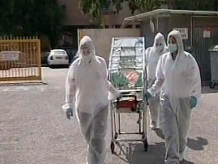 """אנשי מד""""א עם אלונקה (צילום: חדשות 2)"""