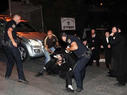 שוטרים עוצרים מפגין חרדי (צילום: אתר חרדים)
