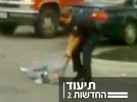 שוטר נאבק בקשישה (צילום: חדשות2)
