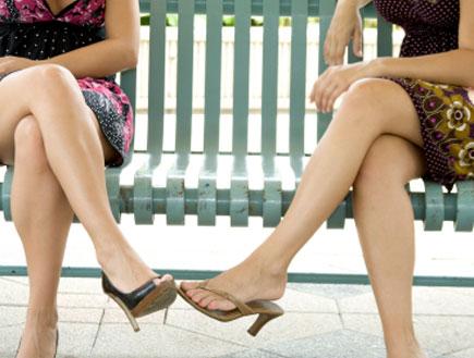 רגלי נשים על ספסל- אמהות בגינה (צילום: istockphoto)