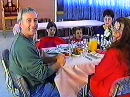 """לאונרד קרפ ז""""ל ובנותיו (צילום: חדשות 2)"""