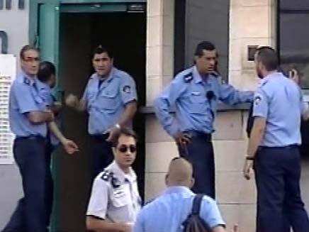 שוטרים בבית סוהר איילון (צילום: חדשות 2)