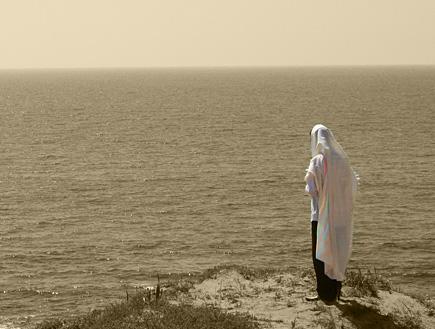 """דתיות גאה - גבר עטוף בתלית עם צבעי הגאווה (צילום: דרור - עורך אתר הו""""ד)"""
