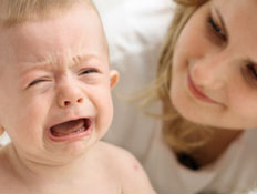 תינוק בוכה אצל הבייביסיטר (צילום: Damir Cudic, Istock)