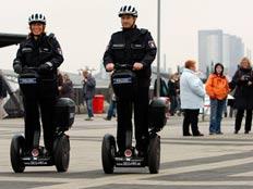 שוטרים על סגוויי בגרמניה (צילום: AP)