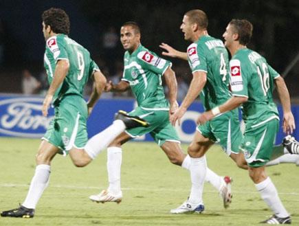 שחקני חיפה חוגגים לאחר שער היתרון (צילום: תומר גבאי, מערכת ONE)