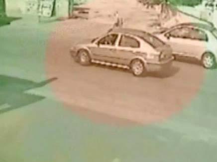 רכב שפגע בילד שנסע על סקייטבורד ביהוד (צילום: חדשות 2)