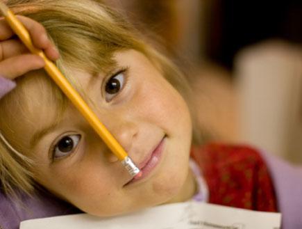 ילדה מחזיקה עיפרון- בחזרה לבית הספר (צילום: MarkPapas, Istock)