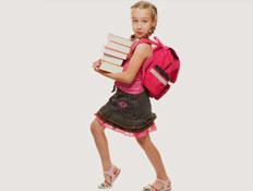 ילדה מחזיקה ספרים- חזרה לבית הספר (צילום: Andrejs Pidjass, Istock)