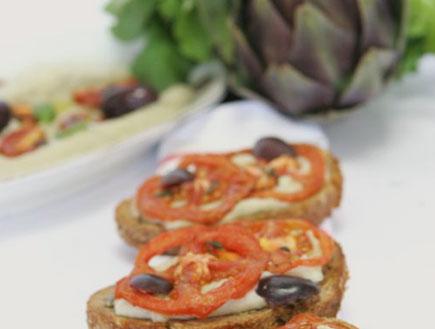 קרוסטיני של קרם ארטישוק ועגבניות קונפי (יח``צ:  יחסי ציבור )