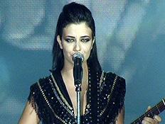 """נינט שרה את """"אם אני אלך"""" (תמונת AVI: כוכב נולד)"""