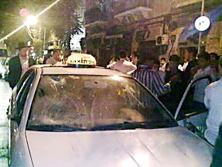מונית מנופצת (צילום: חרדים)