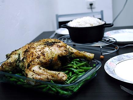 עוף שלם בתנור עם עשבי תיבול (צילום: עמרי אנדרס צורף)