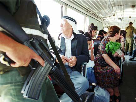 חשד: חיילים איימו בנשק. אילוסטרציה (צילום: AP)