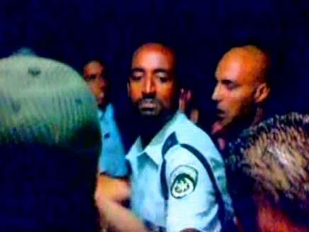 שוטרים מכים צעירים (צילום: חדשות 2)