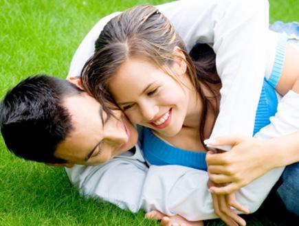 זוג מתבגרים מתחבקים על הדשא (צילום: Iconogenic, Istock)