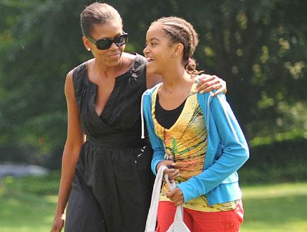 מישל אובאמה מחבקת את בתה (צילום: Ron Sachs, GettyImages IL)